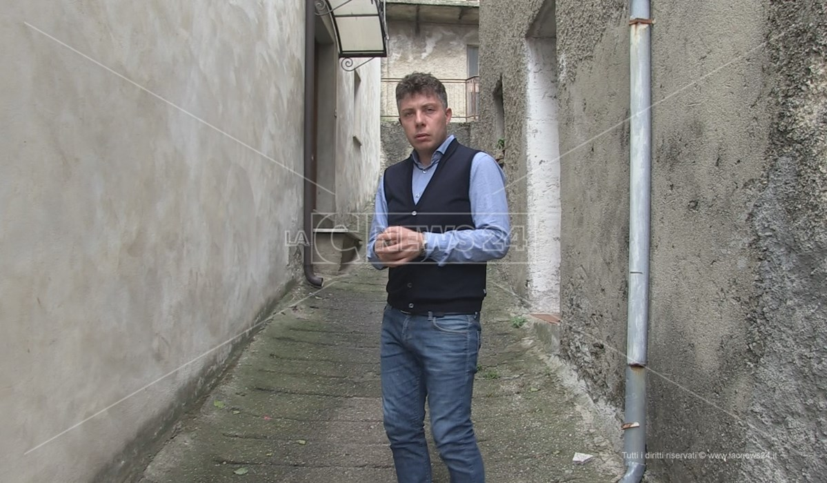 Il consigliere comunale eugenio Candreva nei pressi della sua abitazione