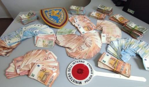 L'ingente quantitativo di denaro sequestrato dalla polstrada