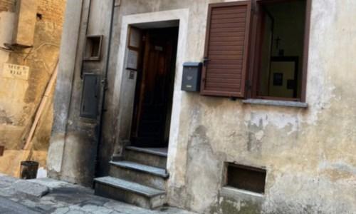Cassano Ionio, intimidazione a un consigliere: in fiamme il portone del suo studio commerciale