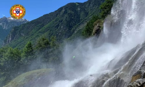 Valchiavenna, scivola e precipita in una cascata: muore una 42enne di Polistena