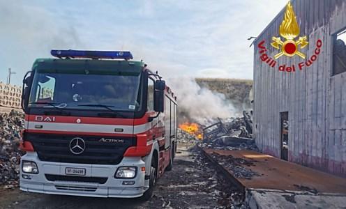 Squillace, a fuoco cumuli di rifiuti: l'incendio domato dai pompieri dopo ore