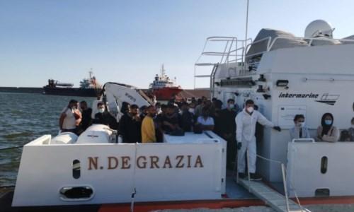 I migranti sbarcati questa mattina a Crotone