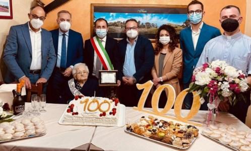 Dalla guerra alla pandemia, nonna Giuseppina spegne 100 candeline: Mormanno in festa