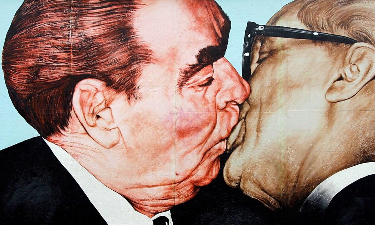 il famoso bacio tra Leonid Brezhnev e Erich Honecker