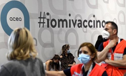 Un hub vaccinale (foto Ansa)