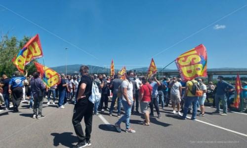Tirocinanti, in cinquecento bloccano la strada d'accesso all'aeroporto di Lamezia