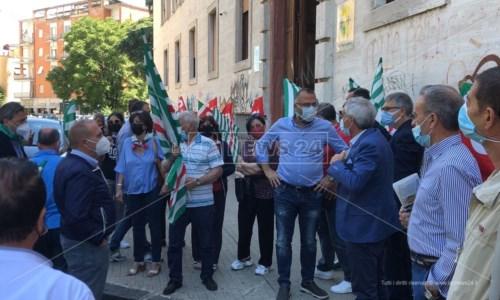 La protesta davanti la sede Asp
