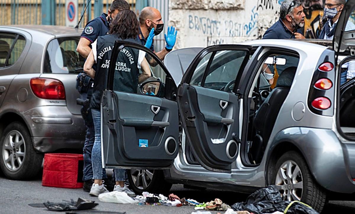 L'auto sulla quale era piazzato l'ordigno artigianale, foto ansa