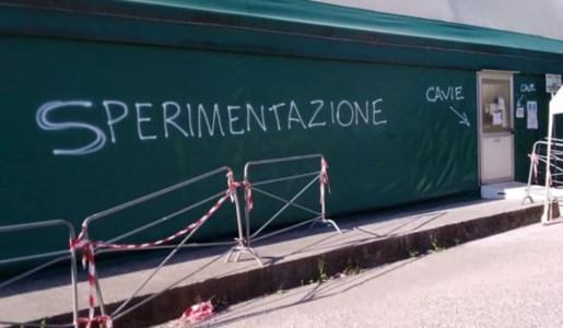 Le scritte apparse sulla tensostruttura. Fonte foto: profilo Facebook di Ernesto Trotta