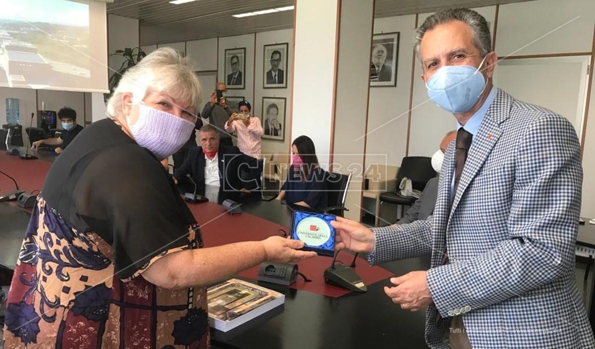 Scambio di doni tra il rettore dell'Unical Nicola Leone e Alida Guevara