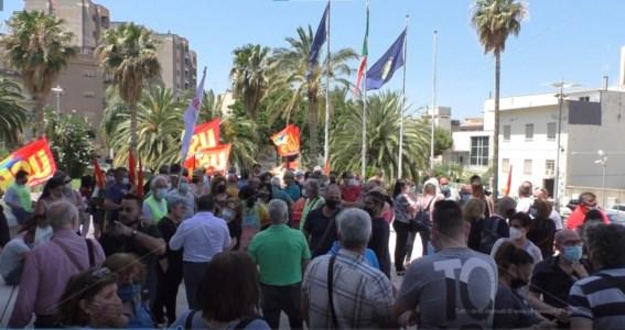 Reggio, tirocinanti in protesta al Consiglio regionale: «Rispetto per la nostra dignità»