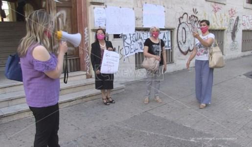 Il presidio dell'Associazione Donne e Diritti davanti l'Asp