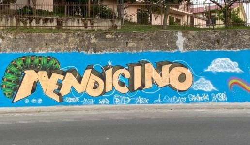 Il murales realizzato all'ingresso di Mendicino
