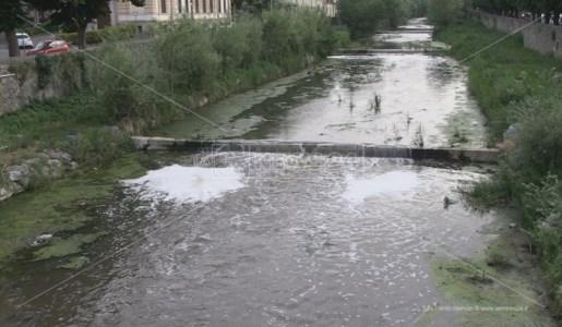 Le inconsuete chiazze schiumogene lungo il corso del fiume Busento