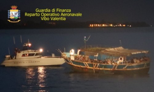 Migranti, peschereccio con 89 persone a bordo intercettato a largo di Roccella: arrestati 6 trafficanti
