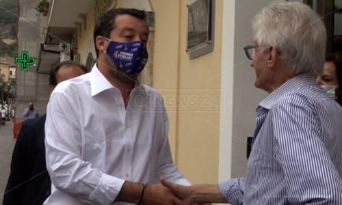 Regionali, strette di mani e assembramenti: così Salvini inaugura la sede della Lega a Lamezia