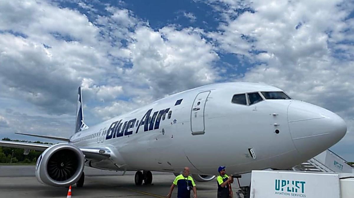 Uno degli aerei della compagnia Blue air, foto dalla pagina fb