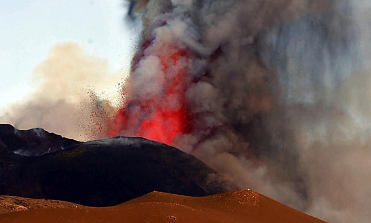 Etna in eruzione, foto ansa