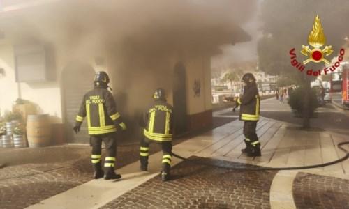 Incendio sul lungomare di Crotone, in fiamme il bar di un lido balneare
