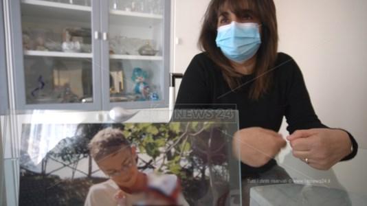 Anna Mario Iorio innanzi alla foto del figlio Luigi, all'epoca 15enne