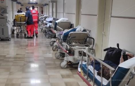 Catanzaro, il pronto soccorso trabocca di pazienti: tredici barelle in attesa nel corridoio