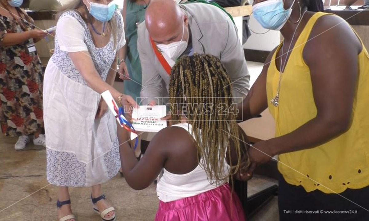 La cittadinanza a una bimba straniera a Crotone