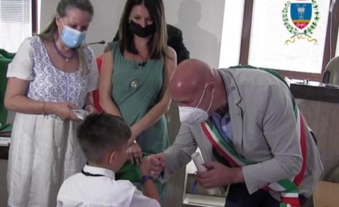Cittadinanza simbolica per dodici bambini nati a Crotone da genitori stranieri