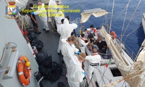 Ancora uno sbarco a Crotone: giunti 28 migranti, fermati i due presunti scafisti