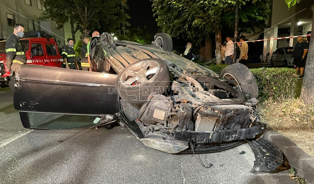 Uno dei veicoli coinvolti nell'incidente di Rende, ribaltato al centro della carreggiata