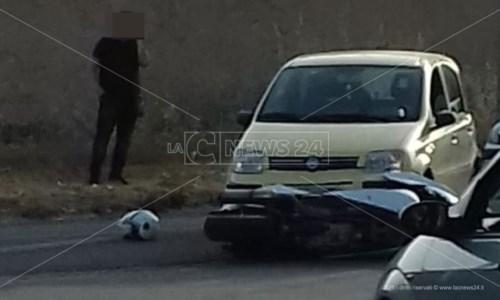 Incidente a Isola Capo Rizzuto: un ferito nello scontro tra una moto e un'auto