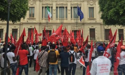 Migranti, a Reggio la protesta dei braccianti agricoli: in piazza per chiedere di vivere dignitosamente -LIVE