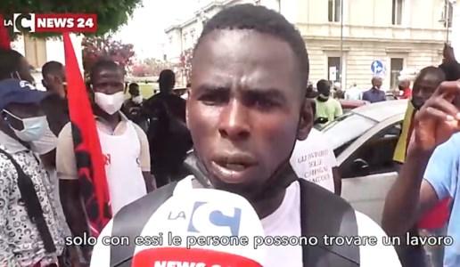 Reggio Calabria, la voce dei migranti in protesta: «Tempi certi per i documenti, vogliamo lavorare»