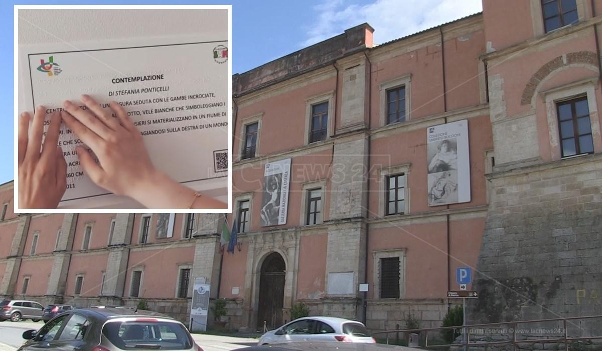 La Galleria Nazionale di Cosenza e, nel riquadro, una delle targhe descrittive in rilievo