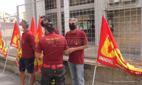 Crotone, sit-in di Usb Vigili del fuoco davanti la Prefettura: «Poco personale e troppi precari»