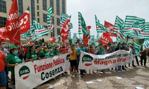 Catanzaro, protestano i sanitari calabresi: «Longo cambi passo o si dimetta» - LIVE