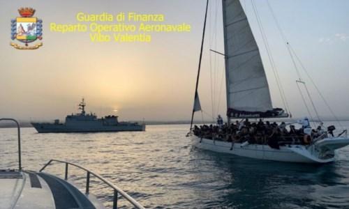 Migranti, intercettate nel Crotonese due barche con 179 persone: 33 minori a bordo