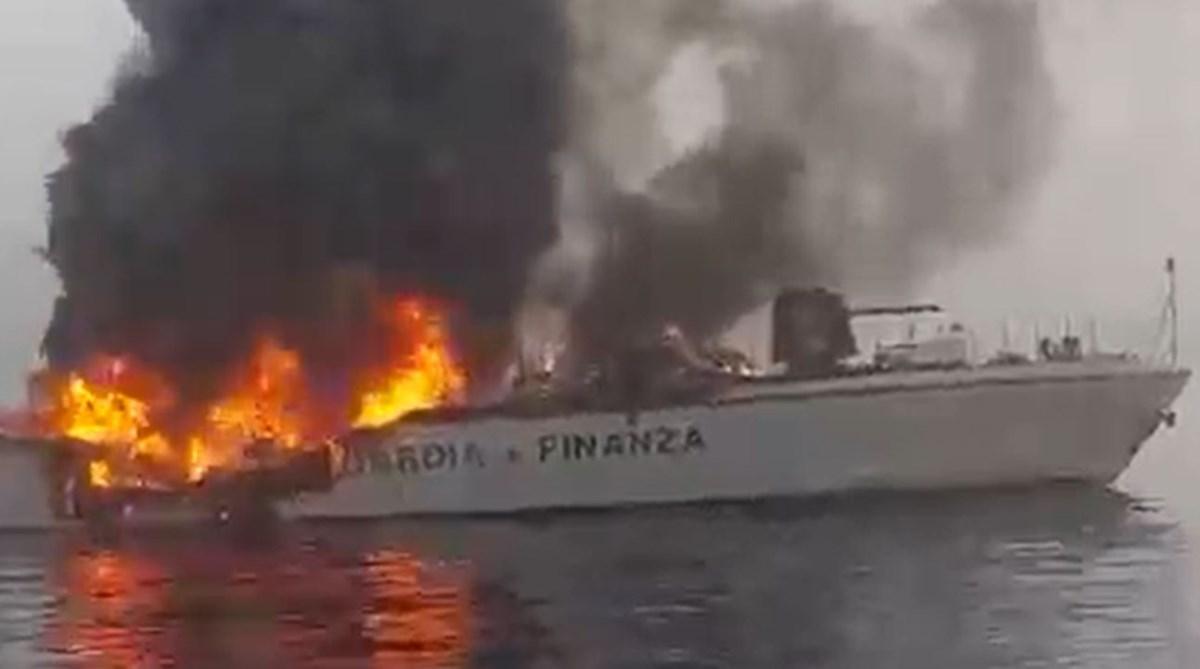 La nave in fiamme