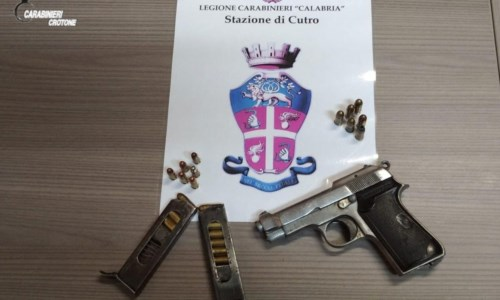 Cutro, pistola e cartucce in un magazzino: denunciato 47enne