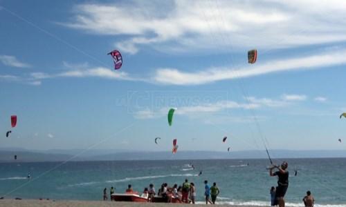 Kite surf Gizzeria,180 atleti pronti a sfidarsi tra le onde. La Calabria diventa internazionale