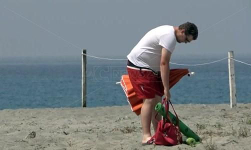 L'estate lungo la costa lametina tra mare sporco e lidi in difficoltà: «Non troviamo dipendenti»