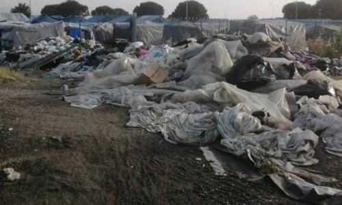 Cumuli di immondizia fuori dal campo migranti di San Ferdinando