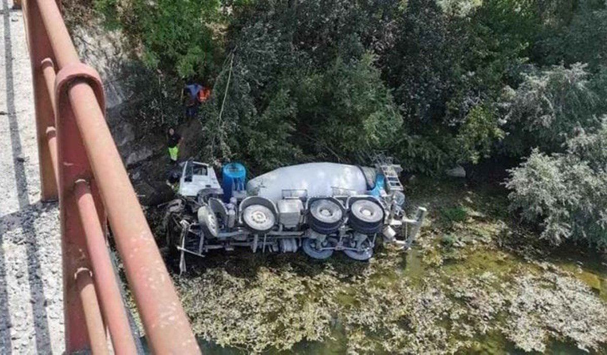 La betoniera precipitata dal ponte (foto Facebook)