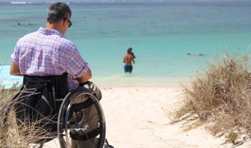 Diversamente abile in spiaggia, foto pixabay