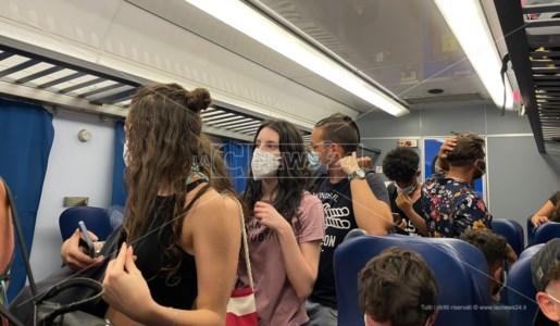 Treno sovraffollato in partenza da Paola per Cosenza