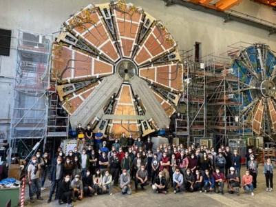 Una piccola parte del gruppo che ha reso possibile la realizzazione di questo progetto davanti alle due wheel. Al centro, in ginocchio e con il maglione grigio Ludovico Pontecorvo
