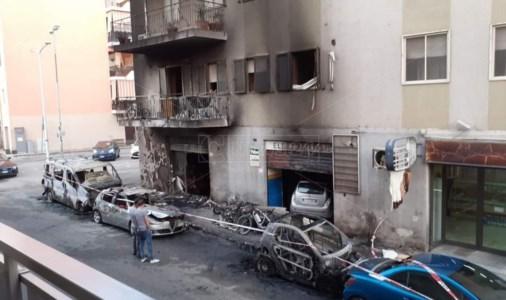 Reggio Calabria, mezzi incendiati e fumo nelle abitazioni: notte di fuoco e paura per i residenti