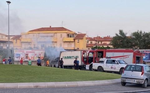 Caulonia, in fiamme il furgone di un corriere. Illeso l'autista