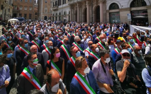 Manifestazione Anci a Roma, la carica dei sindaci: non saremo i parafulmine di tutti