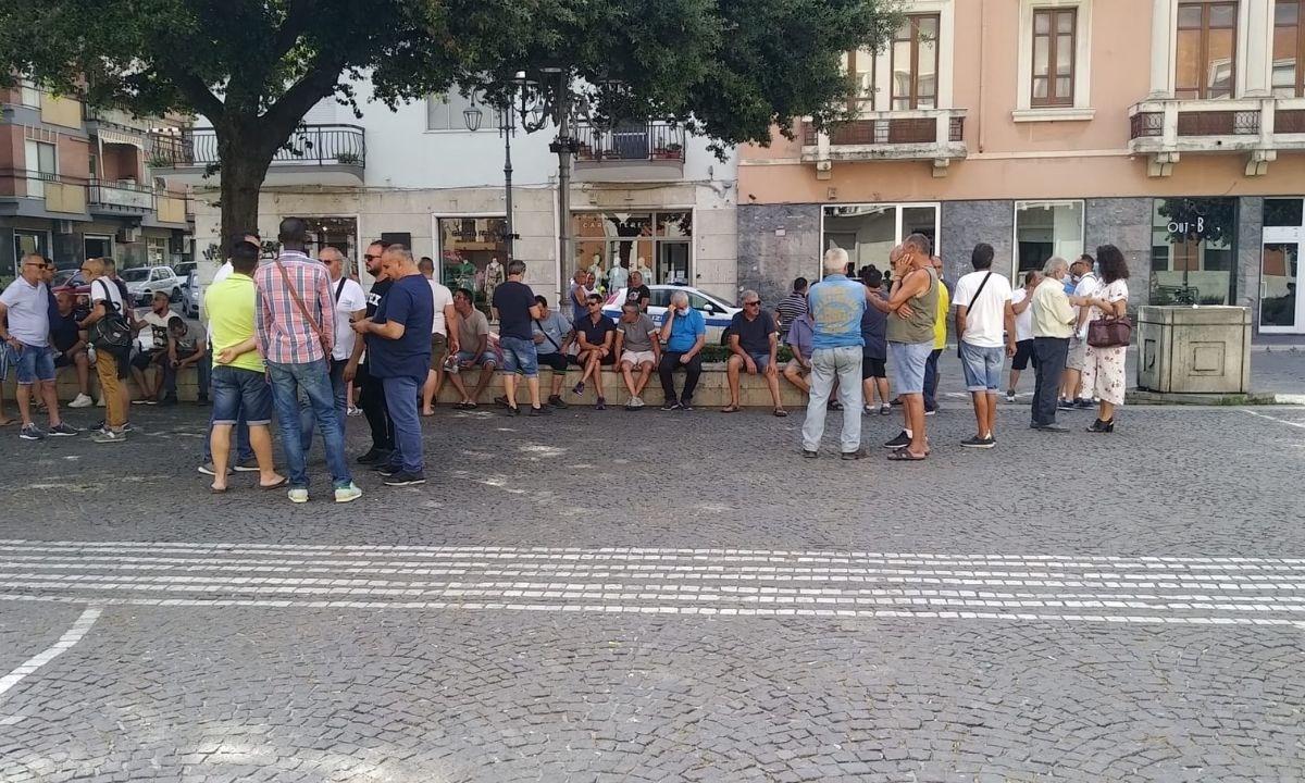 I pescatori davanti al palazzo comunale di Crotone