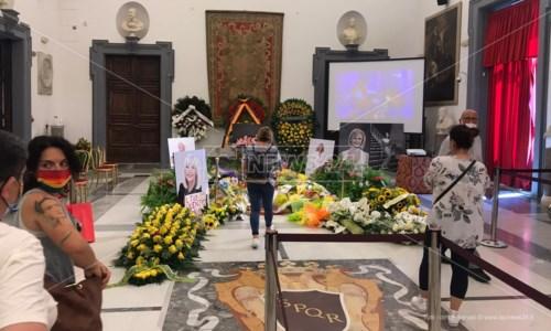 L'ultimo saluto a Raffaella Carrà, dolor y fiesta al funerale di nuestra señora de la tv
